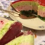 Lekki sernik z galaretkami; kolorowe ciasto galaretkowe z serem