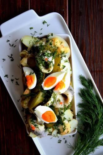 Sałatka z ziemniakami, jajkami, śledziami, ogórkiem kiszonym i domowym majonezem