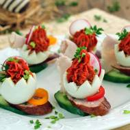 Łódeczki z jajek pomidorowych