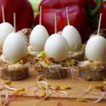 Koreczki z białą kiełbasą, chrzanem i przepiórczym jajkiem