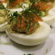 Jajka faszerowane pastą awokado z łososiem