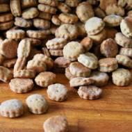 Krakersy z serem pleśniowym i suszonymi grzybami