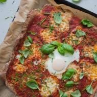 Pizza z mąki pełnoziarnistej z jajkiem i szczypiorkiem