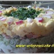 Warstwowa sałatka z szynką i pieczarkami