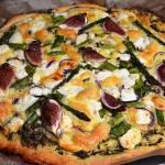 Pizza z dwoma serami, figami i szparagami