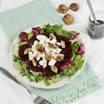 Sałatka z pieczonego buraka, sera feta, na miksie sałat i z prażonymi orzechami