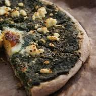 Pizza na zakwasie ze szpinakiem, jajkiem i twarogiem
