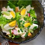 Zielona sałatka z wędzonym kurczakiem, jajkiem i sosem czosnkowym