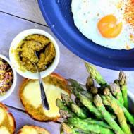 Bo masz różne śniadania. Kanapkę z pesto, mozzarellą, szparagami i jajkiem sadzonym też. Śniadanie w 15 minut!