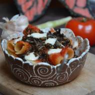 Makaron z domowym sosem pomidorowym i mielonym z pieczarek, zapiekany z mozarella