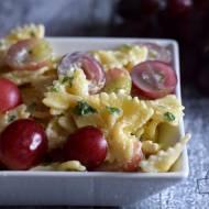Sałatka makaronowa z serem pleśniowym i winogronami