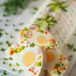 Domowa galaretka z sałatką jarzynową i jajkami