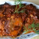 Karkówka duszona w cebuli z pikantnym sosem