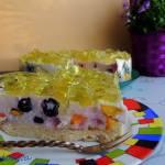 Maślankowy tort z owocami