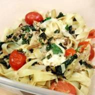 Makaron z tuńczykiem, pomidorami, szpinakiem i mozzarellą