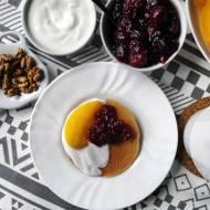 Placuszki owsiane z owocami — szybkie śniadanie na słodko