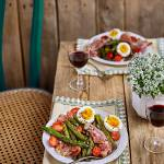 Smażone szparagi z szynką, jajkiem, pomidorkami i ziarnami