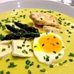 Szparagowy krem podany z jajkiem, camembertem i grilowanym kurczakiem