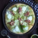 Zielona pizza z pesto i boczkiem