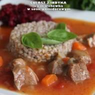 Gulasz z indyka i z marchewką w sosie pomidorowym