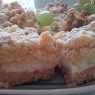 Kruche ciasto z budyniową pianką i owocami.