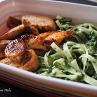 Makaron ryżowy z kurczakiem i szpinakiem
