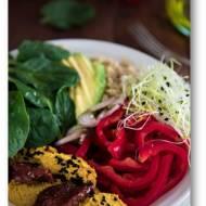 Sałatka z hummusem, awokado, komosą ryżową…  czyli z czym można jeść hummus?