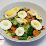Jaja na twardo z mieszanką warzyw i komosą ryżową