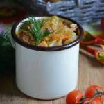Młoda kapusta z warzywami i boczkiem w soku pomidorowym