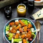 Sałatka z kurczakiem, serem roquefort i sosem miodowo-musztardowym