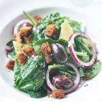 Sałatka ze szpinakiem, oliwkami i grzankami
