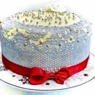 Koronkowy tort z malinami w środku.