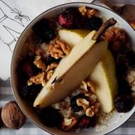 Śniadaniowa quinoa z gruszką, wiśniami i orzechami włoskimi