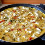 Omlet mistrza z cukinią, pomidorkami koktajlowymi, makaronem i mozzarellą