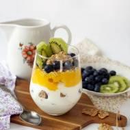 FIT deser z jogurtu, płatków zbożowych, owoców i masła orzechowego