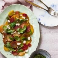 Sałatka z pieczonych buraków z pesto pistacjowym i serem