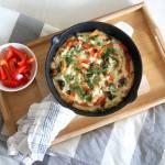 Omlet z łososiem, papryką i oliwkami