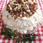 Tort bezowy Pavlova z daktylami, figami i gruszką