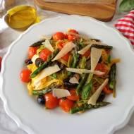 Makaron paglia e fieno z pieczonymi szparagami, pomidorkami i czarnymi oliwkami (Pasta paglia e fieno con asparagi, pomodorini e