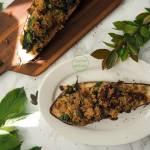 Bakłażan nadziewany komosą ryżową ze szpinakiem, suszonymi pomidorami i pestkami dyni
