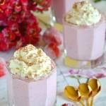 Zimny deser: serniczki truskawkowe w szklankach