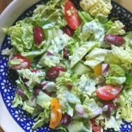 Kolorowa sałatka z kapusty pekińskiej i czerwonej fasoli – idealna do grilla