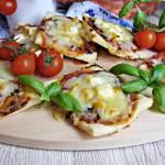 Mini pizze z salami i żółtą papryką