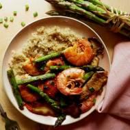 Quinoa z krewetkami, zielonymi szparagami i boczniakami królewskimi