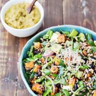 Sałatka z quinoa, batatem i fasolą