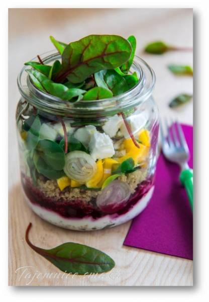 Sałatka warstwowa – buraczki, jogurt, quinoa, feta, roszponka, mangold czerwony…