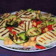 Grillowana sałatka z ciecierzycy, cukini i pieczonej papryki
