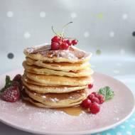 Pancakes z syropem klonowym i owocami
