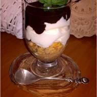 Kremowy deser z amaretto warstwą kawową i czekoladą
