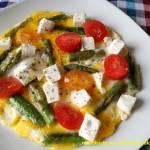 Omlet ze szparagami, fetą i pomidorkami
